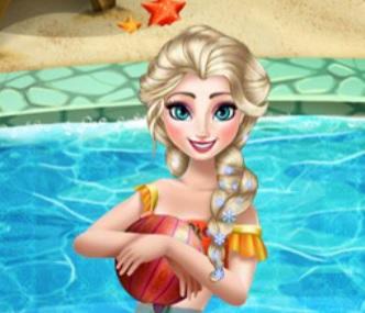 elsa havuzda yüzüyor